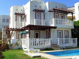 4 bedroom Villa with Pool, Air Con, WiFi and Walk to Shops - 5700520