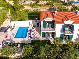 Spacious villa very close to the centre of Makarska with Parking, Internet, Wash
