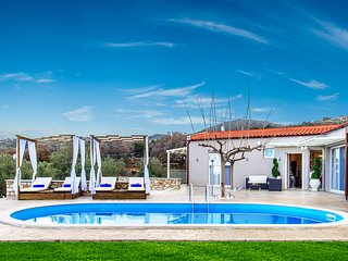 Quiet,Fantastic views,Private pool,Beautiful countryside,5' to Tavern & Market