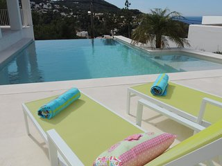 4 bedroom Villa with Air Con, WiFi and Walk to Beach & Shops - 5002496