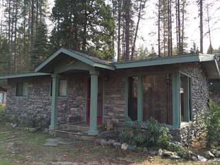 Yosemite River Cabin- Beautiful river-front property, 5 miles outside Yosemite!
