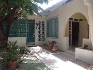 Lin's Oranjestad Cottage near the Surfside Sea