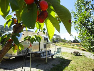 Airstream glamping ,organic farm with natural swimming ponds, 10 min from Nelson