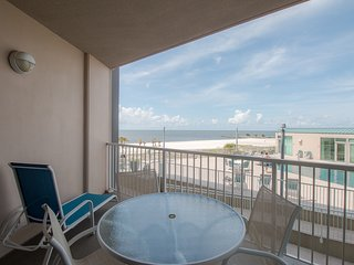 Stunning Decorative Suite w/ WiFi, Balcony, Grill, Pool & Fitness Center Access