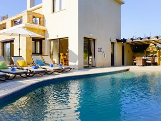 Villa Camelot- Stone Built Luxury Villa With Walk In Pool, 5 mins walk from the