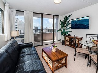 Ocean View End unit Royal Kuhio Condo with Full Kitchen and Free Parking