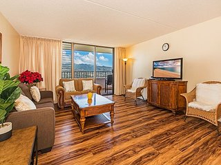 Gorgeous 2BR Royal Kuhio High Floor Condo with Full Kitchen & Free Parking