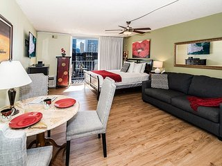 Beautiful Condo Near Beach with Free Parking, Tropical Decor, Full Kitchen