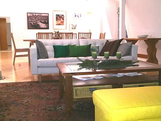 Best Located Riverview 4 Bedroom Luxury Loft & Patio