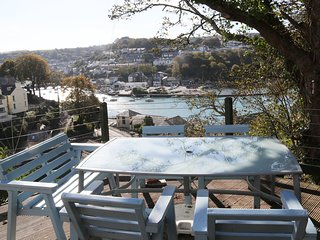 Riverbella-Stunning Views | Private Sun Deck | Walk to Looe | Allocated Parking.