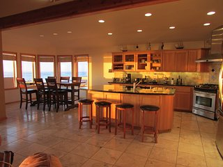 Deluxe Oceanfront 3 bed, 3 bath w/ wi fi, fireplace, ping pong