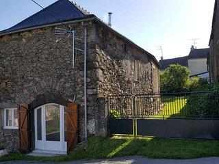 Maison en pierre avec jardin
