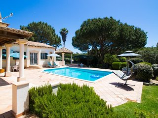4 bedroom Villa, 1 min walk to the beach, Private pool,Free WiFi,BBQ