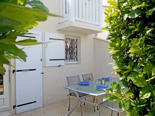 2 bedroom Villa with Pool, WiFi and Walk to Beach & Shops - 5803155