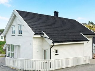 Vestvik Holiday Home Sleeps 10 with Pool and WiFi - 5177388