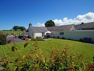 Cwm-y-glo Holiday Home Sleeps 4 with WiFi