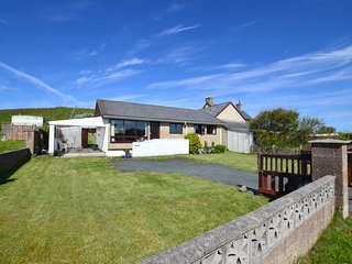 Retro chalet-style cottage close to sandy beach - Ger-y-Bryn, WAN375