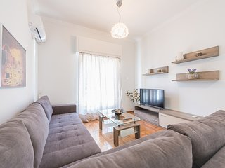 Bright 2 bdrm apt in the heart of Athens