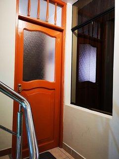 Puerta principal del apartamento