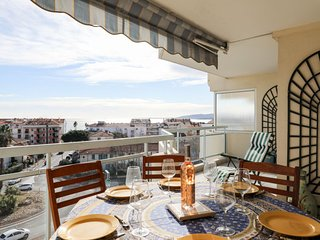 2 bedroom Apartment with Air Con, WiFi and Walk to Beach & Shops - 5311054