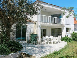 4 bedroom Villa with WiFi and Walk to Beach & Shops - 5759035