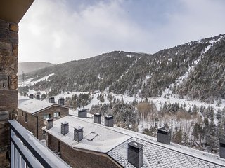 Peretol  2B apartment in Canillo with WiFi, private parking, balcony & lift.