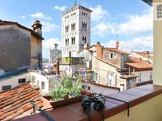 Apartment with panoramic terrace with 360°view in the old town of Lucca.