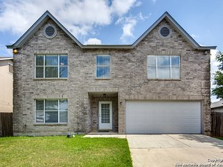 Luxury House w/Gameroom, Private patio & BBQ area. 5 min to Lackland & Sea World