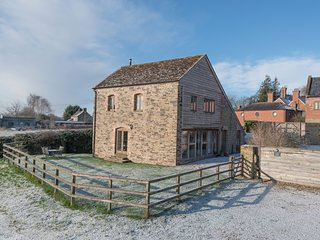 GLEBE BARN, family friendly, luxury holiday cottage, with a garden in Caynham