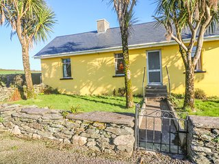 KATE'S COTTAGE, sea views, open fire, large garden near Knightstown, Valentia