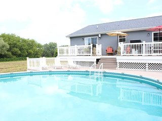 ★Spacious & Private ★ Pool ★ 15 min to GR ★ Family Friendly ★ CLEAN ★