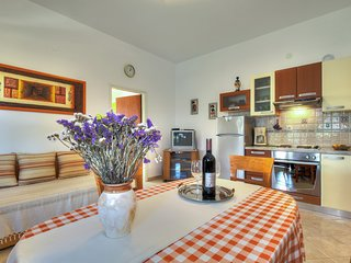 Cozy apartment in the center of Zambratija with Parking, Internet, Washing machi