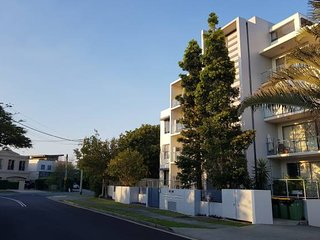 2 bedroom apt w kitchen- 500m to Surfers Paradise