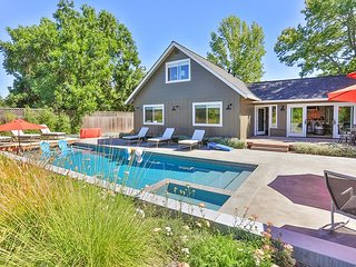Modern Retreat! 4BR w/ Pool, Hot Tub, Fire Pit - 5 Min to Sonoma Square