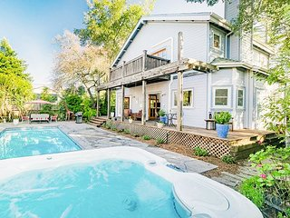 Charming 3BR w/ Pool & Hot Tub, Fenced Backyard & Hammock, Near Sonoma Square
