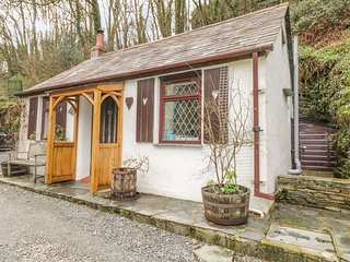 COACHMAN'S, romantic, character holiday cottage, with open fire in Tintagel