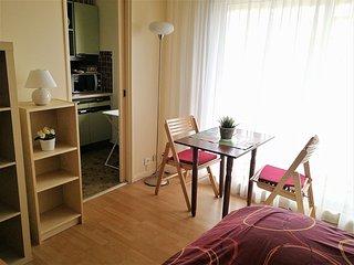 Studio au 8° etage, lumineux, avec balcon, au calme, Une oasis dans la ville