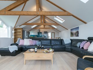 Tara - Architect Designed Five Bedroom Contemporary House Sleeps 12 with Parking