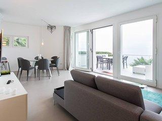 Contemporary lakeside villa with private jacuzzi, lake access. WIFI.