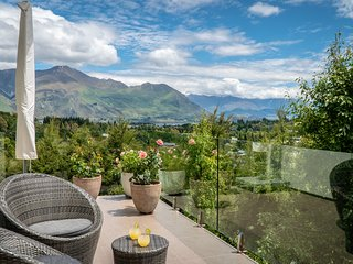 Holiday home with mountain views & a hot tub perfect for your Wanaka vacation