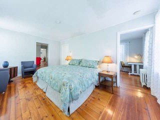 New! In downtown: shops, eateries, movie theatre, harbor, & beaches - Massage Ch