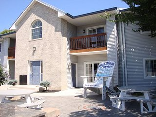 2 BR Pool View Unit in Updated Put-in-Bay Condo - Only Steps from Lake Erie