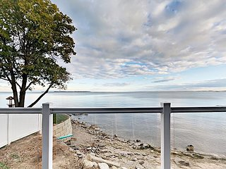Stunning Lakefront Condo - 4 BR, 2 BA, Full Kitchen, Waterfront Deck - 10 ppl