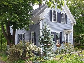 Mill Brook Cottage: Enjoy New England charm in Rockport. Walk to the beach!