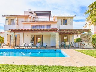 Stunning Luxury Villa - 5 Mins to Sandy Beach - Private Pool - Wifi - Sea Views