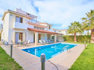 Luxury Detached Villa - 5 minutes walk to Sandy Beach - Large Private Pool -Wifi