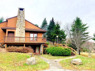 Spacious Bretton Woods Cottage right next to beginner ski trail!