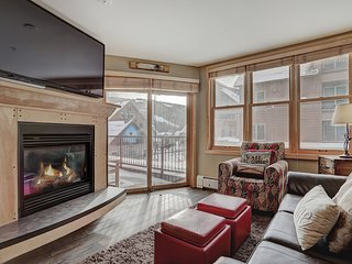 Silver Mill 8154 renovated, king bed, FREE WIFI, Walk to slopes, 3 hot tubs by S