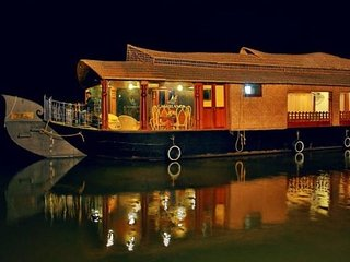 Good Looking 3 Bedroom Houseboat In Alleppey