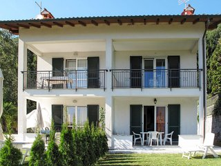 2 bedroom Apartment with WiFi and Walk to Beach & Shops - 5651589